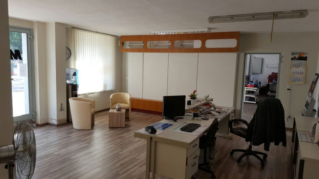 Blick auf den Büro- und Wartebereich